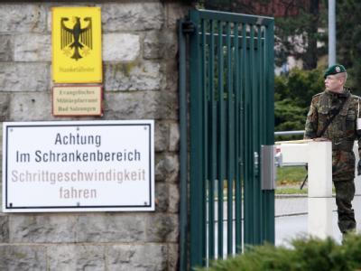 Ein Wachsoldat am Eingang einer Bundeswehr-Kaserne. (Archivbild)