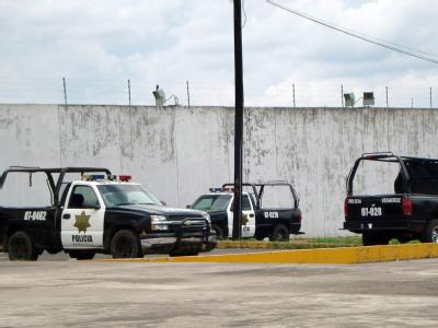 Polizeiwagen vor einem mexikanischen Gefängnis. Immer wieder kommt es in dem Land zu blutigen Häftlingsunruhen. Foto: Saul Ramirez