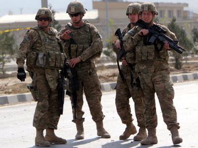 US-Soldaten sichern den Ort eines Anschlags in Kabul. Foto: S. Sabawoon/Archiv