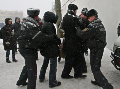 Polizisten gehen Mitte Dezember in Minsk gegen Angehörige von Inhaftierten vor.