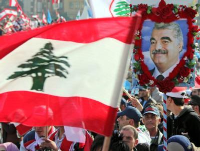 Zahlreiche Menschen gedenken in Beirut des früheren libanesischen Ministerpräsidenten Rafik Hariri.