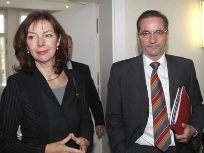 Der Ministerpräsident Brandenburgs, Platzeck, zusammen mit der Fraktionsvorsitzenden der Linkspartei, Kerstin Kaiser.