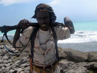 Ein Pirat an der Küste von Somalia. (Archivbild)