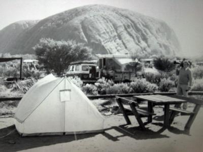 August 1980: Das Zelt der Chamberlains vor dem Ayers Rock. Foto: epa/AAP