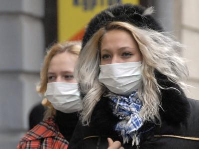 Ukrainerinnen wollen sich mit einem Mundschutz vor einer Ansteckung mit der Schweinegrippe schützen.