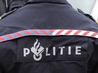 Schriftzug auf dem Rücken der Uniformjacke eines niederländischen Polizisten.