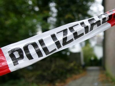 Ein Absperrband der Polizei vor dem Tatort in Velbert.
