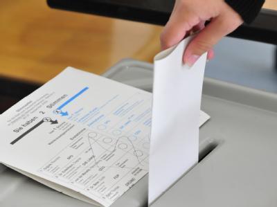 Eine Frau gibt in einem Wahllokal ihre Stimme ab: Der CSU-Europaabgeordnete Posselt warnt vor dem Entstehen einer Partei rechts von der Union.