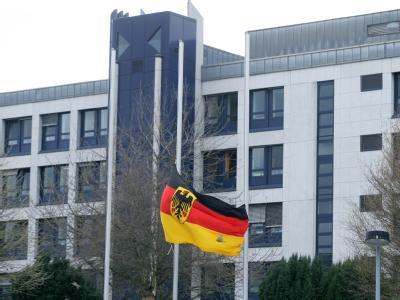 Vor dem Bundeswehrzentralkrankenhaus in Koblenz weht die Bundesflagge auf Halbmast.