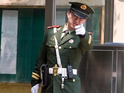 Ein Militärpolizist auf seinem Posten in Peking (Archivbild): Gegen den prominenten chinesischen Bürgerrechtler Liu Xiaobo ist Anklage erhoben worden.