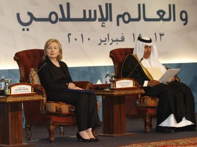 Hillary Clinton am Sonntag zusammen mit ihrem Amtskollegen von Katar, Hamad bin Jassem bin Jabr al-Thani.