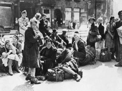 Flüchtlinge warten 1945 auf ihren Abtransport. Millionen Deutsche wurden damals aus ihrer Heimat vertrieben.