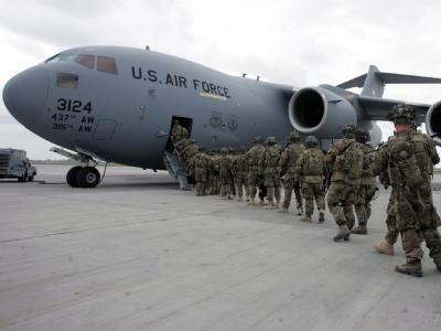 US-Soldaten vor einem Transportflugzeug. Außenminister Westerwelle warnt vor einem