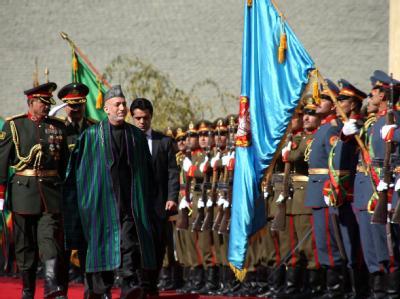 Karsai schreitet während der Zeremonie in Kabul eine Ehrengarde der Armee ab.