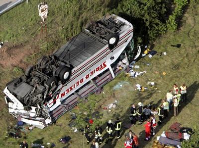 Rettungskräfte bergen im Juni 2007 Unfallopfer aus einem Reisebus an der Autobahn 14 in Sachsen-Anhalt.