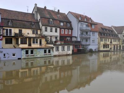 Der Main ist in Wertheim über die Ufer getreten und hat die Häuser in der Altstadt überflutet.
