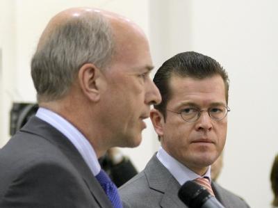 Verhandlungspartner: GM-Europa-Chef Carl-Peter Forster (l.) und Bundeswirtschaftsminister Karl-Theodor zu Guttenberg (Archiv).