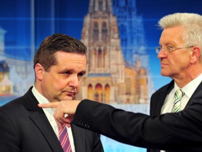 Baden-Württemberg: Wahlverlierer Stefan Mappus von der CDU und der Spitzenkandidat der Partei Bündnis 90/Die Grünen, Winfried Kretschmann (r).