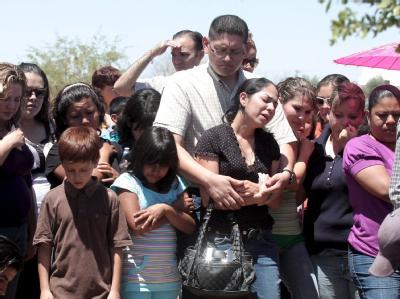 Angehörige von Opfern der Brandkatastrophe während einer Beerdigung in Hernosillo.