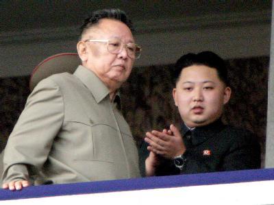 Nordkoreas Diktator Kim Jong Il mit Sohn Kim Jong Un während einer Parade.