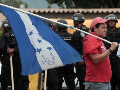 Ein Anhänger von Manuel Zelaya mit der Landesflagge von Honduras.