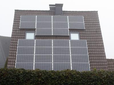 Die Solarzellen auf dem Dach eines Wohnhauses in Dortmund. Foto: Bernd Thissen