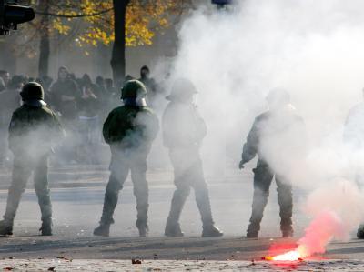 Randalierende Fußballfans attackieren Polizisten mit Leuchtraketen und Bierflaschen. (Archivbild)