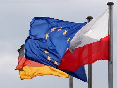 Die Flaggen Deutschlands, der Europäischen Union und Polens am Grenzübergang in Frankfurt/Oder.