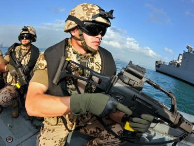 Deutsche Marine-Soldaten demonstrieren einen Einsatz. Foto: Gero Breloer/Archiv