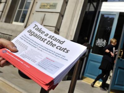Ein Gewerkschaftsmitglied verteilt Flugblätter gegen geplante Kürzungen. Archivbild: Andy Rain