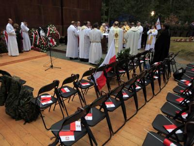 Die Stühle für die polnische Delegation bei der Gedenkzeremonie in Katyn blieben leer.