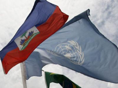 Die Flaggen von Haiti und den Vereinten Nationen.