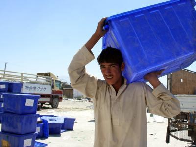 Ein Afghane verlädt nach der Präsidentschaftswahl in Kabul eine Wahlurne. (Archivfoto)