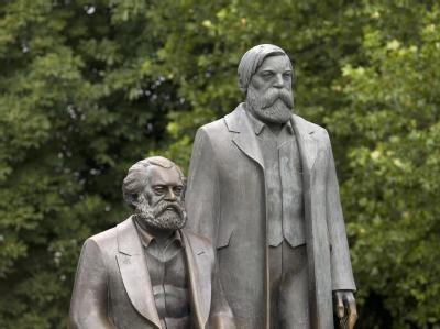 Marx-Engels-Denkmal in Berlin. Lötzsch hatte geschrieben: «Die Wege zum Kommunismus können wir nur finden, wenn wir uns auf den Weg machen und sie ausprobieren.»