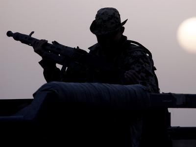 Eine Fallschirmjäger-Patrouille sichert ein Bundeswehr-Feldlager in Afghanistan. Die Situation am Hindukusch ist eines der Topthemen beim Nato-Treffen in Brüssel.