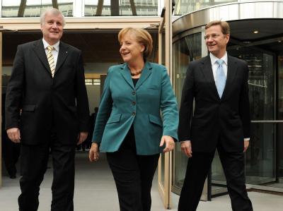 Bundeskanzlerin Angela Merkel, der CSU-Vorsitzende Horst Seehofer (l) und sein FDP-Kollege Guido Westerwelle präsentieren sich gut gelaunt.