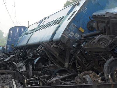 Blick auf die Trümmer eines durch einen Anschlag zerstörten Zuges in Indien. (Archivbild)