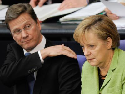 Vizekanzler Guido Westerwelle (FDP) und Bundeskanzlerin Angela Merkel (CDU) im Plenarsaal des Bundestages.
