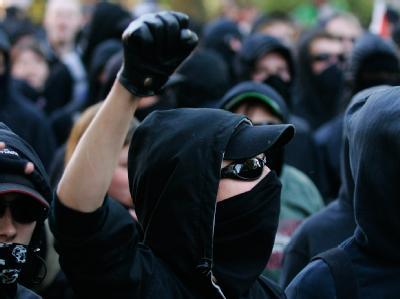 Vermummte Autonome in Berlin-Kreuzberg. Die Zahl linksextremistischer Straftaten stieg um 39,4 Prozent.
