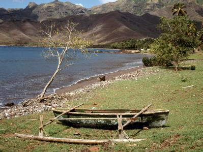 Ein Ausleger-Boot der Einheimischen für den Fischfang an einem Strand der Insel Nuku Hiva. Foto: Kurt Scholz