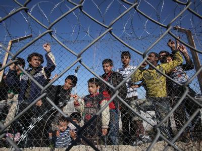 Illegale Einwanderer hinter einem Zaun des Auffanglagers in Kyprinos, Griechenland. Foto: Nikos Arvanitidis