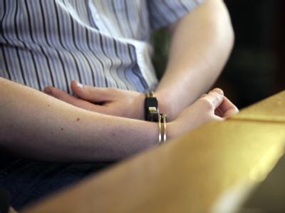 Die mit Handschellen gefesselten Handgelenke des Angeklagten während eines Prozesstages im Landgericht Leipzig.
