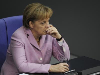 Bundeskanzlerin Angela Merkel mit ernstem Gesicht im Bundestag.