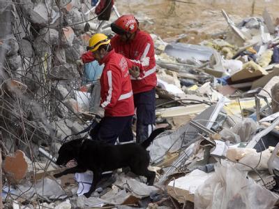 Rettungskräfte bei der Suche nach Opfern in der Stadt Concepcion.