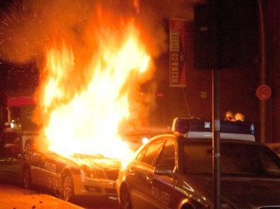 Brennender Polizeiwagen