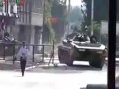Ein Panzer in der syrischen Stadt Homs. (Archivbild; bestmögliche Qualität)