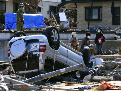 Zerstörte Häuser, umgestürzte Fahrzeuge: Der Tsunami hinterließ eine Spur der Verwüstung.