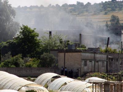 Während eines Gefechts zwischen Regierungstruppen und Demonstranten steht eine Rauchwolke über einem Dorf im Norden Syriens (Bild vom 15.05.)