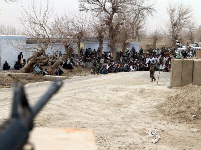 Nach den Morden durch einen US-Soldaten haben sich in Kandahar aufgebrachte Afghanen vor einem Nato-Stützpunkt versammelt. Foto: I. Sameem