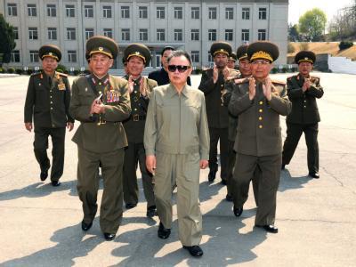 Nordkoreas Machthaber Kim Jong Il Ende April beim Besuch einer Militäreinheit.